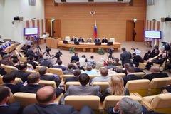 De deelnemers van de conferentie antwoorden aan vragen bij presentatie Stock Foto's