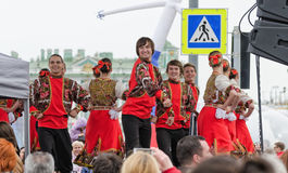 De deelnemers van de Nationaliteitenbal: op het ensemble van de stadium Russische volksdans Royalty-vrije Stock Afbeeldingen