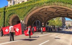 De deelnemers van de Zwitserse Nationale Dag paraderen Royalty-vrije Stock Afbeeldingen