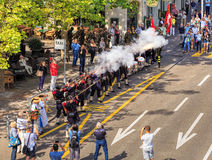 De deelnemers van de Zwitserse Nationale Dag paraderen in het schieten van Zürich Stock Afbeeldingen