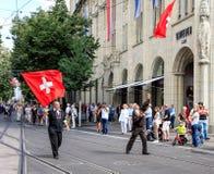 De deelnemers van de Zwitserse Nationale Dag paraderen in Zürich Stock Afbeeldingen