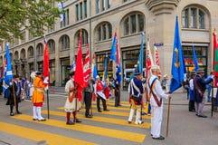 De deelnemers van de Zwitserse Nationale Dag paraderen in Zürich Stock Foto's