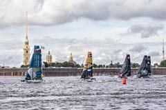 De deelnemers van Extreme het Varen Reeks handelen 5 catamaransras op 1th-1th-4 September 2016 in St. Petersburg, Rusland Stock Afbeelding