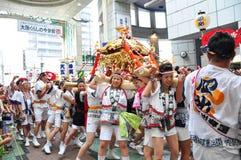 De deelnemers van Tenjin Matsuri aanbidt het gouden heiligdom, Juli royalty-vrije stock foto's