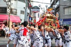 De deelnemers van Tenjin Matsuri aanbidt het gouden heiligdom, Juli royalty-vrije stock afbeelding