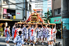 De deelnemers van Tenjin Matsuri aanbidt het gouden heiligdom, Juli stock afbeelding