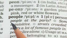 De definitie van het mensenwoord in Engels woordenboek, de bevolking van het land, democratie stock footage