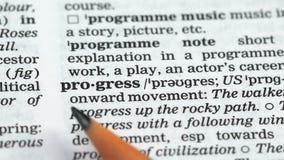 De definitie van het vooruitgangswoord in Engels woordenboek, succesvolle bedrijfseconomie stock footage