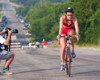 De definitieve heuvel vóór de looppas in een triatlon Stock Fotografie