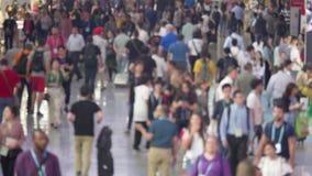 De Defocusedmensen overbevolken zich het bewegen in luchthaventerminal stock videobeelden