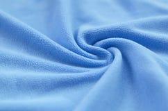 De deken van bont blauwe vachtstof Een achtergrond van het lichtblauwe zachte materiaal van de pluchevacht met heel wat hulpvouwe royalty-vrije stock afbeeldingen