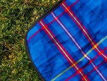 De deken van de picknick op het gazon Stock Afbeeldingen