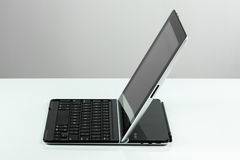 De dekking van Ipad en van het toetsenbord Logitech stock afbeeldingen