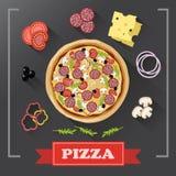 De delen van pizzaingrediënten op bord, met ondertekende ingrediënten Stock Foto