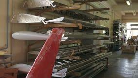 De delen van vliegtuigenfuselage in de montagewerkplaats stock footage