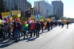 De demonstratie toegewijd aan viering op 1 Mei Tyumen, Rusland Stock Afbeelding