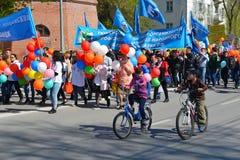 De demonstratie toegewijd aan viering op 1 Mei Tyumen, Russi Royalty-vrije Stock Foto's