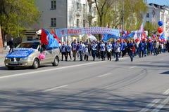 De demonstratie toegewijd aan viering op 1 Mei Tyumen, Russi Royalty-vrije Stock Foto