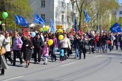 De demonstratie toegewijd aan viering op 1 Mei Tyumen, Russi Stock Afbeeldingen