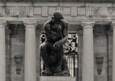 De Denker door Aguste Rodin bij de Rodin Museum-ingang, Benjamin Franklin Parkway, Philadelphia, Pennsylvania royalty-vrije stock fotografie