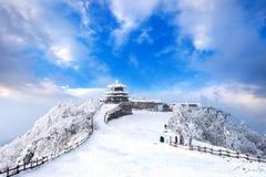 De Deogyusanbergen wordt behandeld door sneeuw en ochtendmist in de winter stock foto's