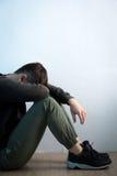 De depressiemens zit op vloer royalty-vrije stock foto