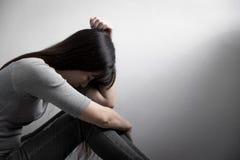 De depressievrouw zit op vloer stock fotografie