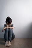 De depressievrouw zit op vloer royalty-vrije stock foto