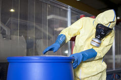 De deskundige die van Biohazard geteisterd materiaal schikt Royalty-vrije Stock Foto's