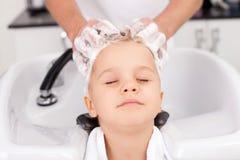 De deskundige jonge kapper behandelt haar van Stock Afbeelding