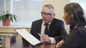 De deskundige op hoog niveau in financiële wet overtuigt zijn cliënt om proces tegen bedrijf te zingen stock videobeelden