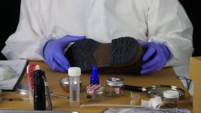 De deskundige Politie neemt steekproeven in wetenschappelijk laboratorium stock videobeelden