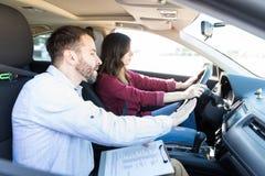 De deskundige Vaardigheden van Showing Car Driving van de Autoleraar royalty-vrije stock afbeelding