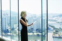 De deskundige vrouwelijke econoom roept via mobiele telefoon stock fotografie