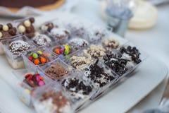 De desserts in de kleine mousse van de koppenchocolade met bovenste laagje sluiten omhoog zoet voedsel stock afbeeldingen