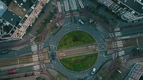 De dessus vue aérienne vers le bas du trafic de rond point à Amsterdam, Pays-Bas images libres de droits
