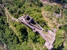 De dessus vue vers le bas de forteresse Poenari photographie stock