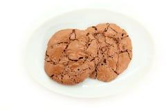 De dessus vue vers le bas des biscuits caoutchouteux de chocolat du plat Photo stock