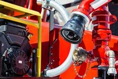 De details van de brandvrachtwagen in zonlicht met slangen en kleppen royalty-vrije stock foto