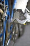 De details van de cyclus en man voet in sportieve schoen Royalty-vrije Stock Fotografie