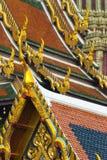 De details van het dak in Wat Phra Kaeo in Bangkok Stock Afbeeldingen