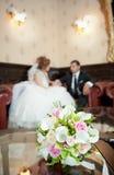 De details van het huwelijk - jonge marrieds achter een boeket Royalty-vrije Stock Foto