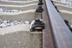 De details van spoor spijkeren over spoorweg vast stock fotografie