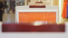 De Detector van de close-upveiligheid met het Knipperen Rode lichten in Winkel stock footage