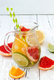 De Detoxcitrusvrucht goot op smaak gebracht water Het verfrissen van de zomer eigengemaakte cocktail met citroen, kalk, sinaasapp Stock Afbeelding