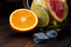 De Detoxcitrusvrucht goot op smaak gebracht water Het verfrissen van de zomer eigengemaakte cocktail met citroen, kalk, sinaasapp Royalty-vrije Stock Afbeelding