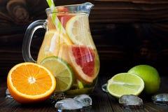 De Detoxcitrusvrucht goot op smaak gebracht water Het verfrissen van de zomer eigengemaakte cocktail met citroen, kalk, sinaasapp Stock Fotografie