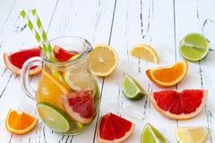 De Detoxcitrusvrucht goot op smaak gebracht water Het verfrissen van de zomer eigengemaakte cocktail met citroen, kalk, sinaasapp Stock Afbeeldingen