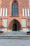 De deur aan de oude kerk in Vasteras-stad in Zweden Stock Fotografie