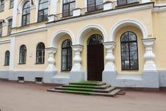 De deur aan het Novgorod-Instituut van Menswetenschappen Royalty-vrije Stock Afbeeldingen